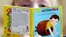 Ein Kind liest am Donnerstag, 25. Maerz 2004, im Bilderbuchmuseum auf Burg Wissen in Troisdorf bei Bonn ein Pixi-Buch. Aus Anlass des 50. Geburtstages der beliebten Kinderbuecher hat das Museum diesen eine Ausstellung gewidmet. (AP Photo/Hermann J. Knippertz)