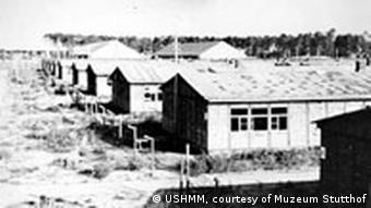 Foto em preto e branco mostra campo de concentração de Stutthof após a libertação, em 1945