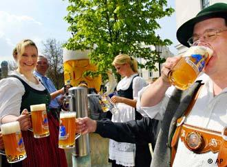 People are drinking beer (Photo: AP Photo/Diether Endlicher)