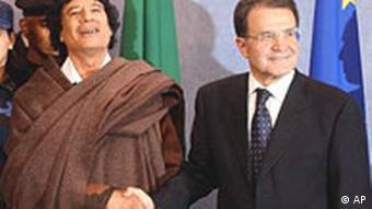 Muammar al-Gaddafi mit dem damaligen EU-Kommissionspräsidenten Romano Prodi 2004 (Foto: AP)
