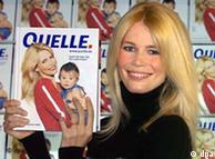 Claudia Schiffer con el catálogo de Quelle