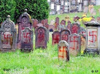Kukastim križevima oskrnavljenene nadgorbne ploče na židovskom groblju u Francuskoj, 30. travnja 2004.