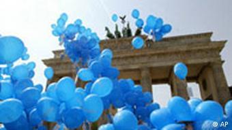 Blaue Luftballons steigen beim Europafest am Brandenburger Tor