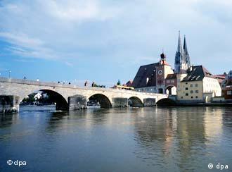 El puente de piedra, inaugurado en 1146, la Catedral gótica de Ratisbona y el Danubio.