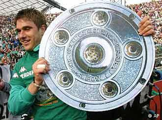 Ivan Klasnić s trofejom za nogometnog prvaka Njemačke