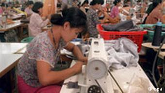 Textilfabrik in Yangon Näherinnen bei der Arbeit in der Textilfabrik Opal International Co Ltd. in der Industriezone 2 nahe der birmesischen Hauptstadt Yangon im Mai 1997