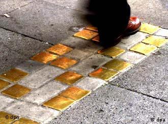 Vítimas do nazismo são lembradas numa calçada em Colônia