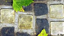 Eingelassen in einen Hamburger Gehweg sind am 21.11.2002 vier Stolpersteine zu sehen. Die Messingplatte an der Oberfläche der Steine ist mit Name, Geburtsort, Sterbeort und -Datum von Opfern des Naziregimes versehen. In ganz Deutschland erinnern schon über 2000 dieser Gedenksteine an den ehemaligen Wohnorten der Verfolgten.