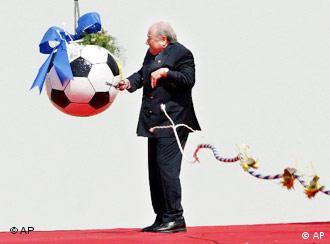Was kann FIFA-Präsident Sepp Blatter aus dem Ball heraus holen?