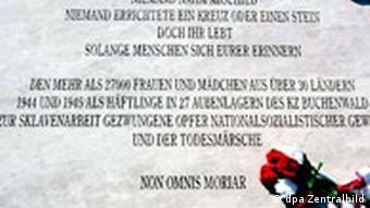 Detailaufnahme einer Gedenktafel in der KZ-Gedenkstätte Buchenwald(Foto: dpa Zentralbild)