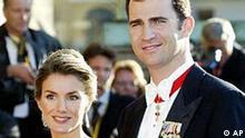 Spaniens Kronprinz Felipe und seine Verlobte Letizia Ortiz Rocasolano sind Gaeste der koeniglichen Hochzeitsfeierlichkeiten in Kopenhagen am 13. Mai 2004. Felipe heiratet am Samstag, 22. Mai 2004, die 31-jaehrige buergerliche Fernsehjournalistin Letizia. (AP Photo/Heribert Proepper