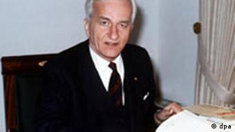 Ehemliger deutscher Bundespräsident Richard von Weizsäcker am 08.01.1985 in seinem Arbeitszimmer