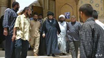 مقتدا صدر و جمعی از هوادارانش - گفته میشود که او اکنون از قم هوادارانش را در عراق هدایت میکند.