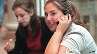 Teenager mit Mobiltelefon Quelle: AP