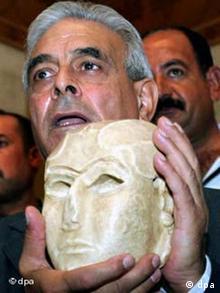 وزیر فرهنگ عراق، مفید الجزایری در حال نشان دادن نقاب اوروک با قدمت ۵ هزارسال از دوران سومریهای باستان