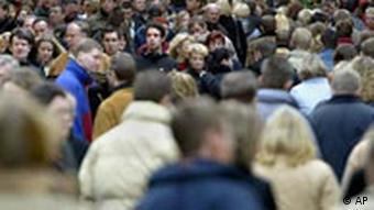 Einwanderung Symbolbild Menschen auf der Straße Miniquiz Mai 2004