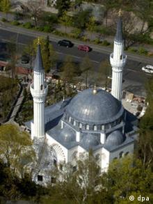 Die neugebaute Sehitlik Moschee in Berlin Neukölln am Dienstag (20.04.2004) aus der Luft.