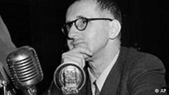 Dichter, Dramatiker und Schriftsteller Bertolt Brecht vor dem Untersuchungsausscuss in Amerika