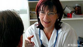 Ärztin im Gespraäch mit Patienten