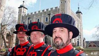 London Tower mit Beefeater