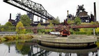 Wasserbassin und Fabrik in Duisburg