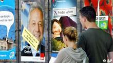 Zwei junge Leute gehen am 25. Mai 2004 im oberbayerischen Rosenheim an einer Plakatwand mit Plakaten der verschiedenen Parteien zur Europawahl vorbei. Am 13. Juni werden die Abgeordneten fuer das Europaparlament gewaehlt. In Deutschland treten 24 Parteien zu Wahl an. (AP Photo/Uwe Lein) ** zu unserem Korr. APD6664 **
