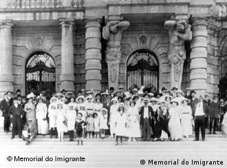 Imigrantes alemães e descendentes diante do Teatro Municipal, em 1920