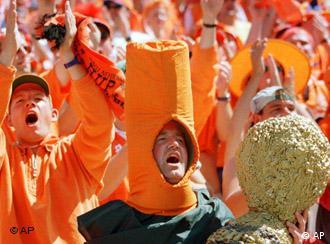 Orange gekleidete Fußballfans aus Holland