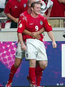 Wayne Rooney wird gekuschelt, Euro2004