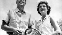 Tennis John F. Kennedy und Gattin Jacqueline John Fitzgerald Kennedy mit seiner Frau Jacqueline im Tennisdress. (Undatierte Aufnahme)