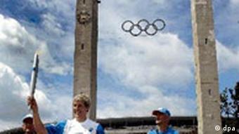 Fackellauf: Olympisches Feuer im Olympiastadion Berlin