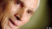 Bernard Rudolf Bot, der frühere Vertreter der Niederlande bei der EU in Brüssel, während einer Pressekonferenz am 30.9.2003 in Den Haag. Der 65-jährige Christdemokrat wird am 3. Dezember das Amt des niederländischen Außenministers übernehmen und damit die Nachfolge von Jaap de Hoop Scheffer antreten, der zum NATO-Generalsekretär berufen wurde.
