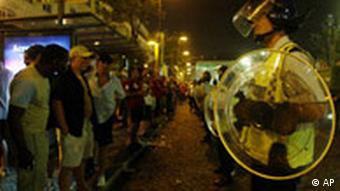 Euro2004 Portugal englische Fans werden von der Polizei aufgehalten