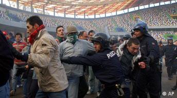 Euro2004 Portugal vandalierende Fans werden von der Polizei in einer Übung aufgehalten