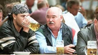 Zwei Männer sitzen in einem Münchener Biergarten (Foto: AP)