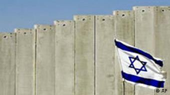 Mauer zwischen Israel und Palästina mit Flagge