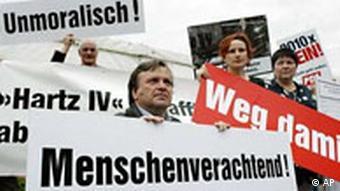 Mehrere Männer halten Protestplakate gegen die Arbeitsmarktreform hoch