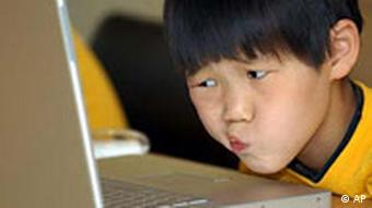 A Japanese child looks at a computer screen(Photo: dpa)