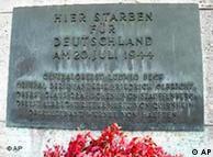 Blick auf eine Gedenktafel fuer die Hinrichtungsopfer vom 20. Juli 1944 in der Gedenkstaette Deutscher Widerstand im Bendlerblock in Berlin, aufgenommen am Donnerstag, 15. Juli 2004. Der 60. Jahrestag des fehlgeschlagenen Attentats vom 20. Juli 1944 wird am Dienstag, den 20. Juli 2004, mit dem Gedenken an die hingerichteten Widerstandskaempfer gegen Hitler gefeiert. (AP Photo/Roberto Pfeil)