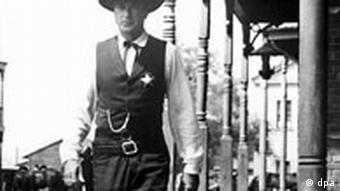 Der US-amerikanische Schauspieler Gary Cooper spielt 1952 in dem Western Zwölf Uhr mittags (High Noon) die Rolle des Sheriffs Will Kane