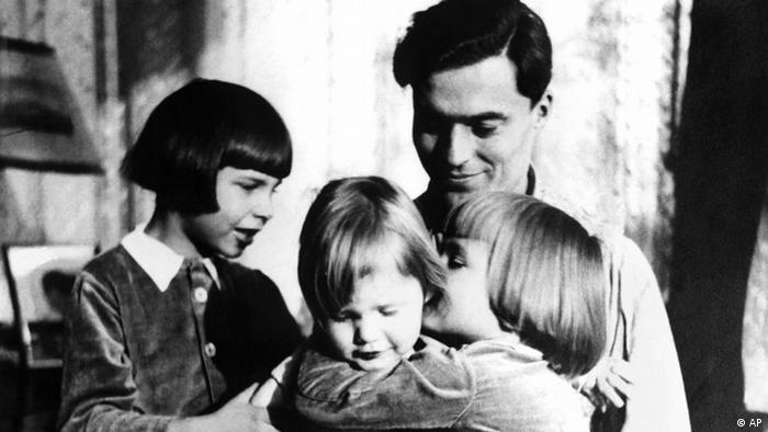 Claus Graf Schenk von Stauffenberg mit seinen Kindern
