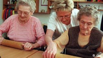 Alzheimer-Patientinnen beim Gedächtnistraining