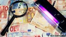 Berlin: Lupe und Prüfgerät liegen auf Euroscheinen bereit, um die Banknoten auf Fälschung zu untersuchen (Illustrationsfoto vom 17.06.2004 zum Thema Falschgeld, Blüten). Im zweiten Halbjahr 2003 wurden nach Zahlen der Europäischen Zentralbank europaweit 311.925 gefälschte Banknoten entdeckt. Dies entspreche einem Zuwachs von 30 Prozent im Vergleich zum Vorjahreszeitraum, hieß es. Etwa ein Zehntel der Blüten sei in Deutschland aufgetaucht. Insgesamt hätten die deutschen Landeskriminalämter Falschgeld mit einem Nennwert von 3,4 Millionen Euro festgestellt.