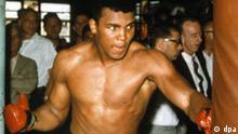 Der amerikanische Profi-Boxer Cassius Clay (später Muhammad Ali) trainiert im Februar 1964 für seinen bevorstehenden WM-Kampf gegen Sonny Liston, der am 25.2.1964 in Miami Beach in Florida stattfindet. Der junge Clay tänzelt den dabei den Titgelverteidiger in seinem später berühmten Stil aus, proviziert ihn, schlägt in k.o. und kreiert danach den berühmten Ruf: I am the greatest. Clay wird damit der bislang jüngste Schwergewichstweltmeister.