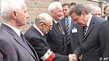 Bundeskanzler Schröder und ein Veteran des Warschauer Aufstands