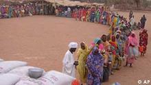 Flüchtlinge im Sudan warten auf Essensausgabe