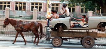 Pferdestärken Rumänische Zigeuner, die Alteisen sammeln, haben am 10.6.2000 in Bukarest auf ihrem Pferdewagen ein altes Auto