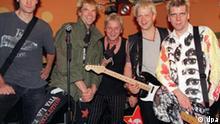 Die Toten Hosen touren als Rheinpiraten durch Deutschland Die Düsseldorfer Punk-Band Die Toten Hosen (l-r) Breiti, der Sänger Campino, Wölli, Kuddel und Andi posieren am 24.7.1998 vor ihrem Konzert in Hamburg. Unter dem konspirativen Namen Rheinpiraten gab die fünfköpfige Band im ausverkauften Molotow auf der Reeperbahn ein Konzert in der Hansestadt. Die Konzerttermine erfährt nur, wer sich ein schwarzes T-Shirt mit dem Totenkopf der Hosen kauft. Auf dem Rücken wird dann das Geheimnis gelüftet, welche weiteren Bühnen die Rheinpiraten kapern werden: Düsseldorf (7.8). Frankfurt (13.8.), München (20.8.). Vom 2. September an - wieder in Hamburg - nehmen die Piraten an der Vans Warped Tour 1998 teil.
