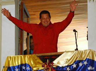 Chávez celebra la victoria desde el balcón del palacio presidencial.