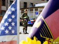 Солдат США и два флага - американский и немецкий